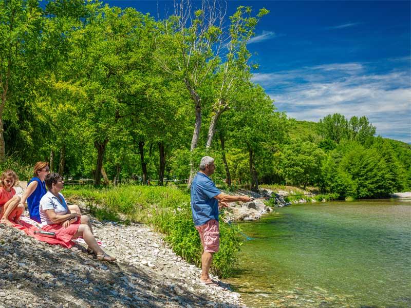 Familie vissen aan het water