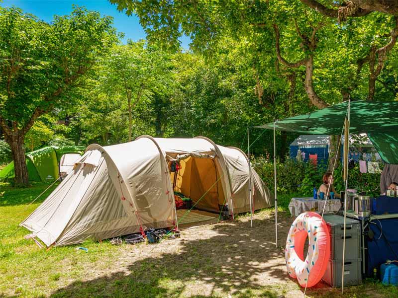 Schaduwrijke tent
