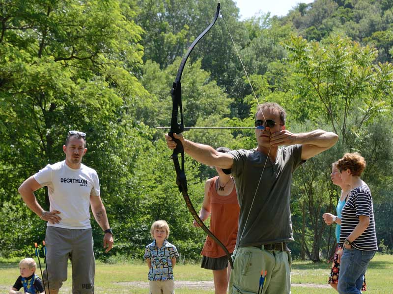 Adulte au tir à l'arc