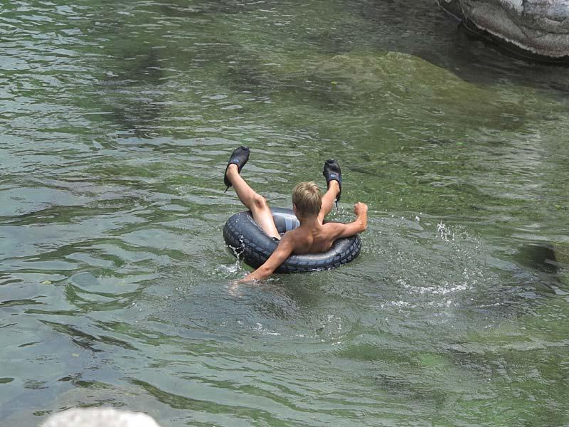 Descente en rivière avec une bouée
