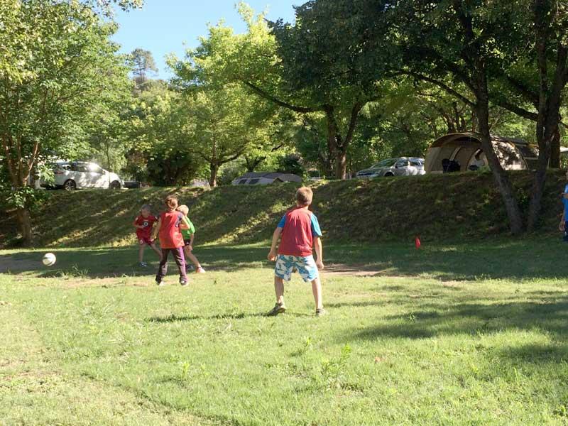 enfants jouent au foot
