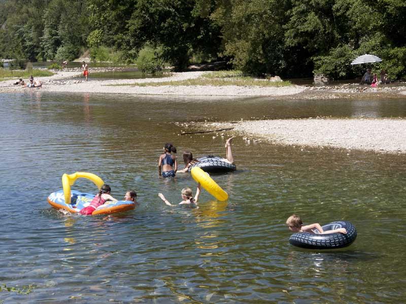 Enfants dans la rivière
