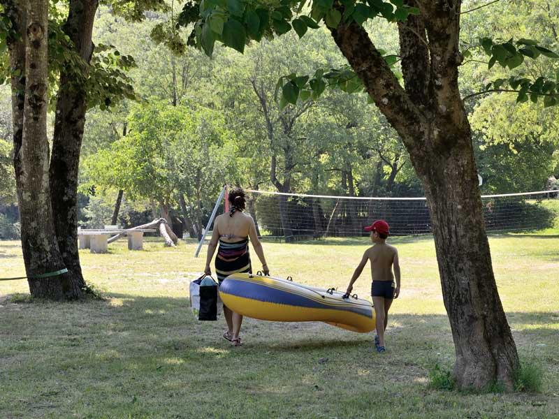mere et son enfant avec un bateau