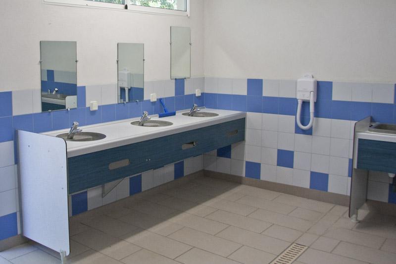 Interieur van een van de sanitaire voorzieningen van de camping