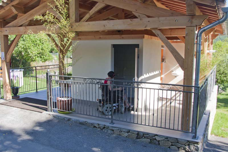 Sanitary facility accessible to people with reduced mobility