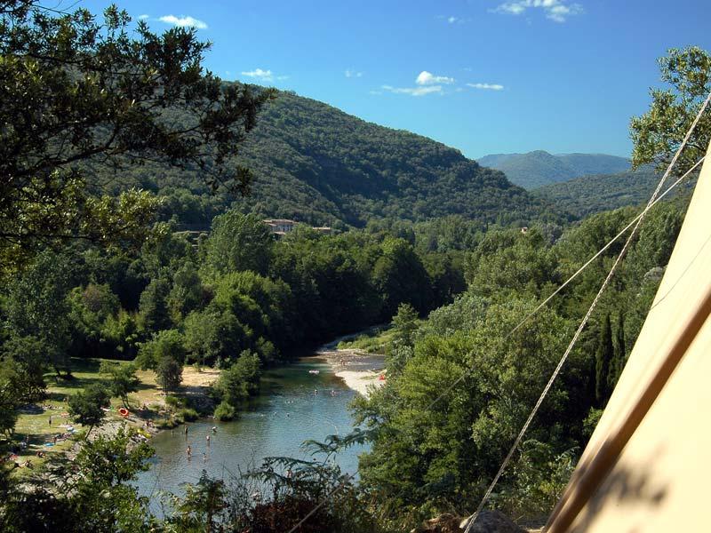 Vue de la tente sur la rivière