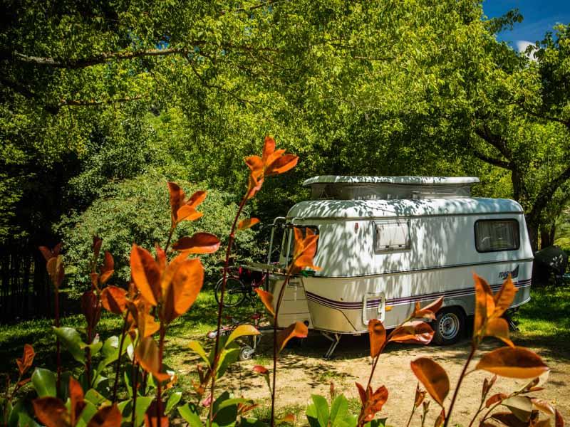 Caravane en plaine près du terrain de jeux