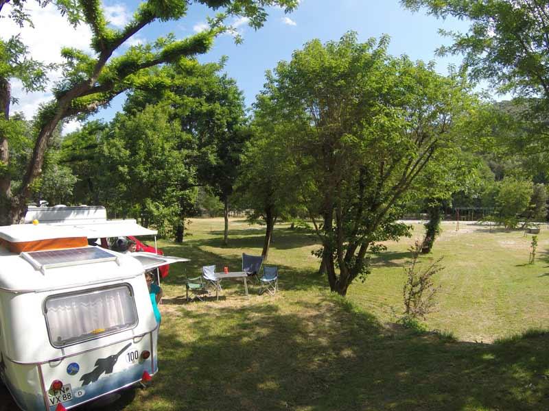 Caravane près du terrain de jeux