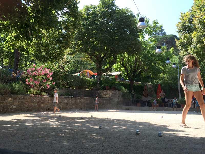 enfants jouent à la pétanque