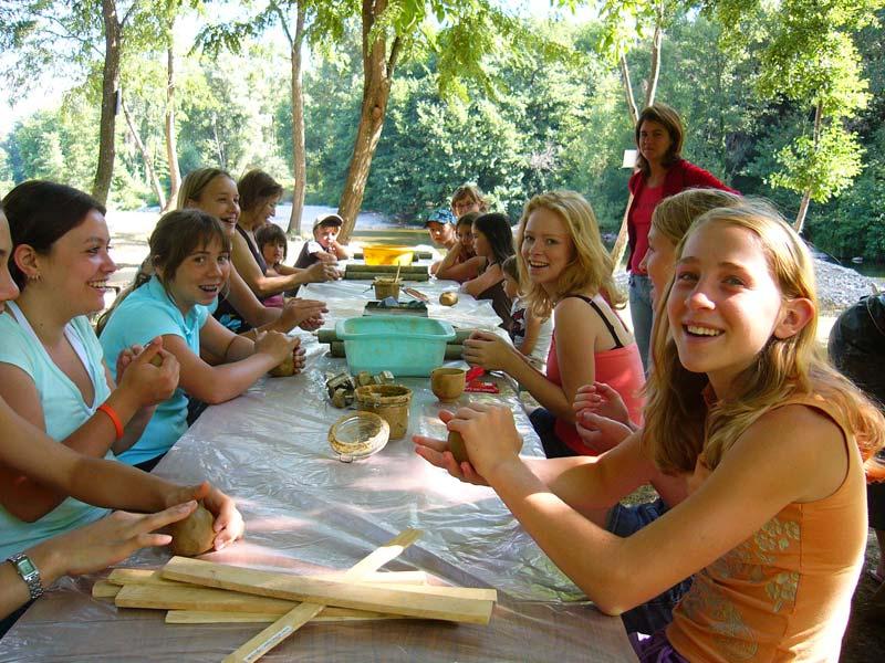 Groupe de filles à l'atelier poterie