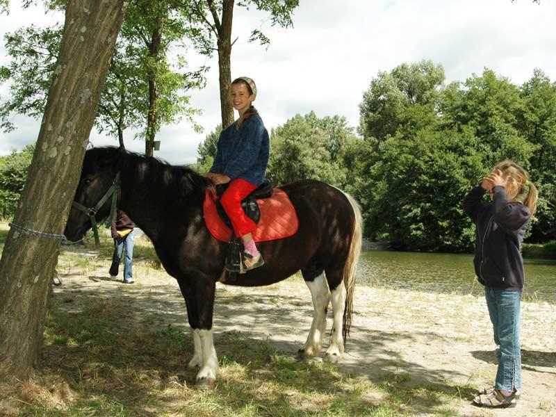 fillette sur le poney