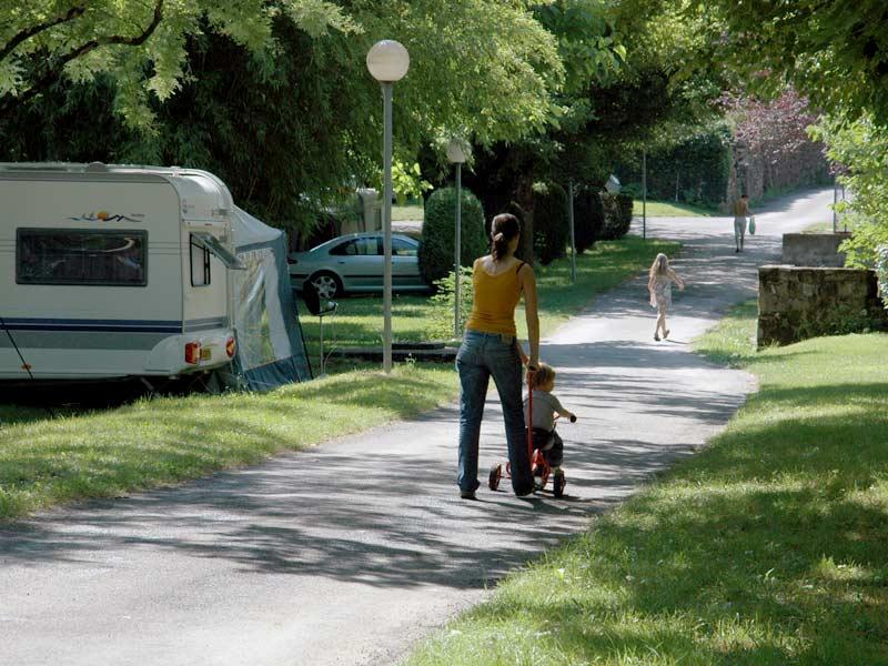 Parent et son enfant en vélo