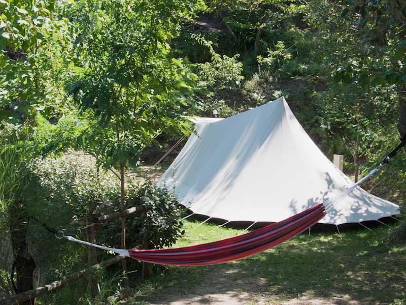 Tente et hamac au milieu de la nature