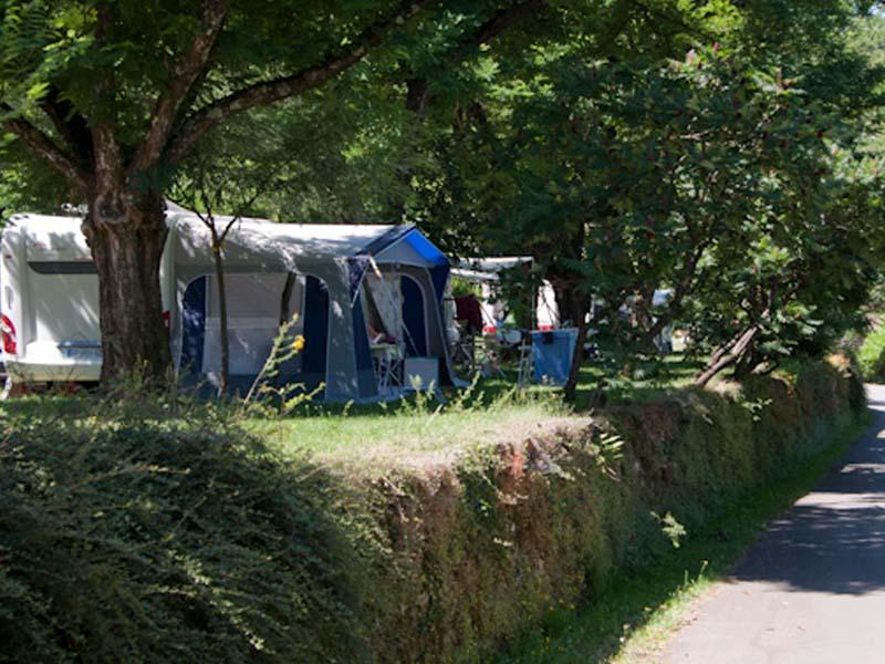 Emplacement de camping sur une terrasse typiquement cévenoles