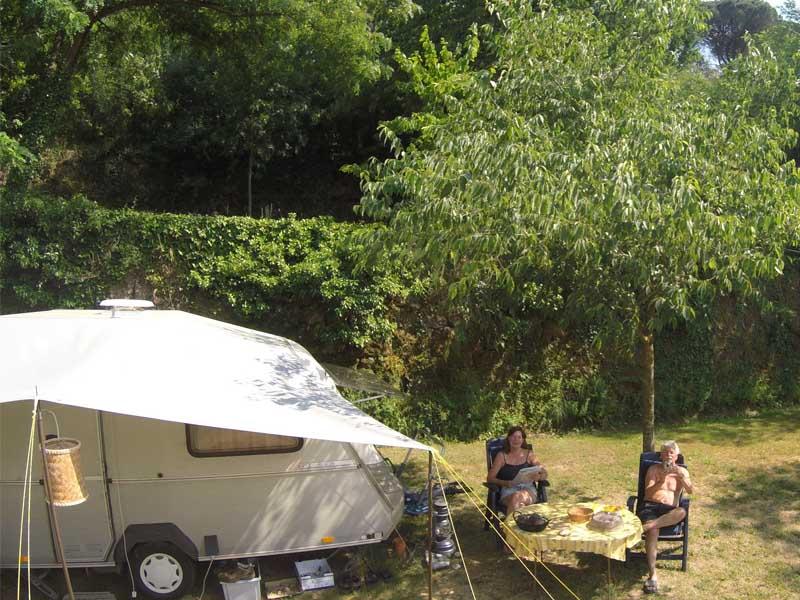 Des campeurs apprécient le soleil matinal d'Occitanie